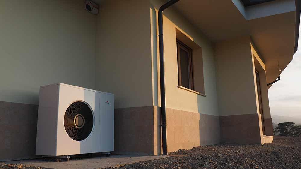 bomba de calor en el exterior de la vivienda