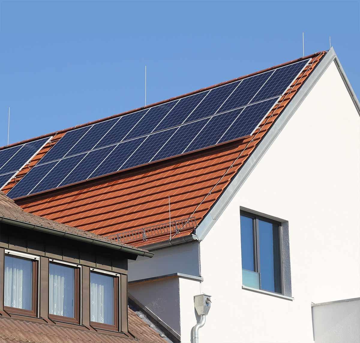placa solar fotovoltaica instalada en el techo de una vivienda