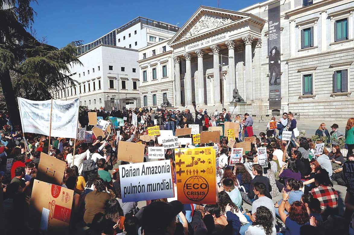 Fridays for future protestando ante las puertas del Congreso en Madrid.