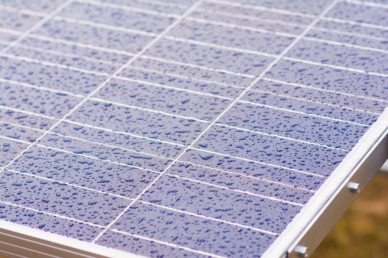 panel solar y lluvia