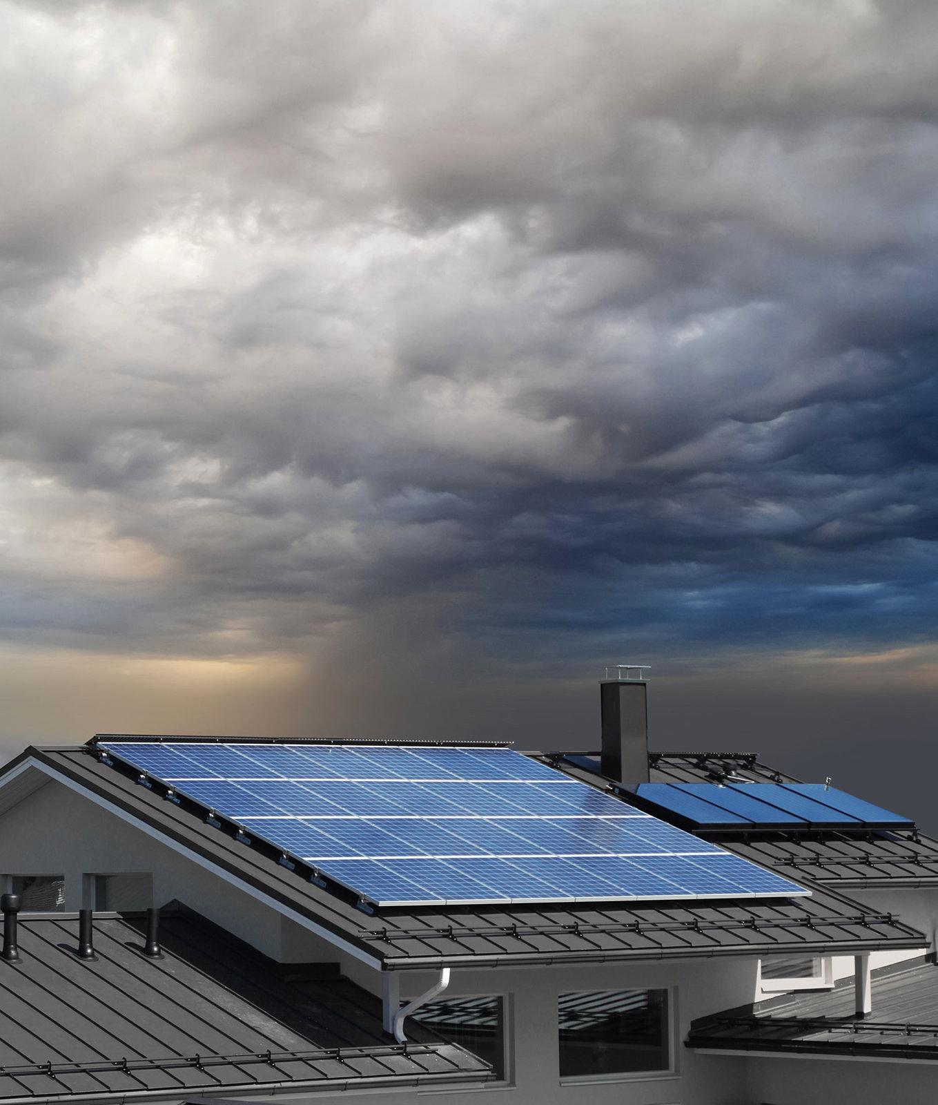 nubes y paneles solares