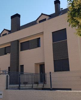 Una casa unifamiliar de cuatro alturas en Fuenlabrada climatizada con un sistema híbrido